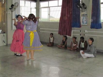 As oficineiras e atrizes fazendo uma performance.